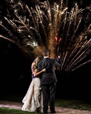 🎇 fireworks are 100% the best way to celebrate your wedding day!#wedding #weddingphotography #weddinginspiration #weddingphotographer #weddingideas #photographylovers #photography #photographer #photooftheday #bride #groom #fireworkphotography